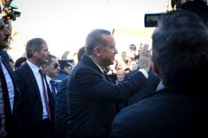 Ερντογάν ο… τραγουδιστής – Ανέβηκε στο προεκλογικό… πάλκο
