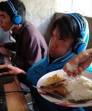 Απελπισμένη μάνα ταΐζει τον 13χρονο εθισμένο γιο της που παίζει video game για 48 ώρες! video | Newsit.gr