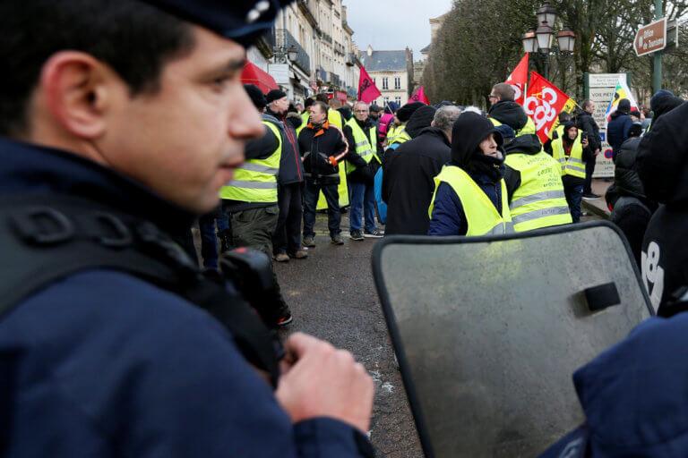 Γαλλία: Υποδέχθηκε τους αστυνομικούς με το εμβατήριο του Star Wars κι έγινε viral | Newsit.gr