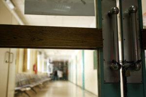 Σύλληψη γιατρού για φακελάκι από καρκινοπαθή – Οργή για τη συμπεριφορά πασίγνωστου καθηγητή