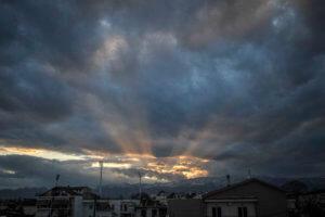Καιρός σήμερα: «Γκρίζος» ουρανός σε όλη τη χώρα – Που μπορεί να βρέξει
