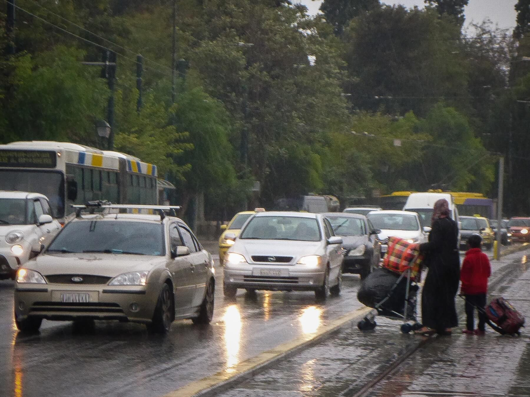 Προσοχή – Κίνηση στους δρόμους: «Έμφραγμα» στο κέντρο της Αθήνας από πορείες και βροχή