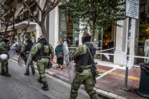 Επίθεση σε αστυνομικούς μπροστά στην ΑΣΟΕΕ με πέτρες και μάρμαρα!
