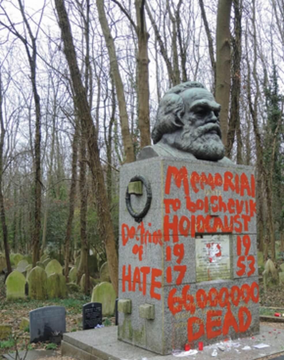 Συνθήματα με κόκκινη μπογιά στον τάφο του Μαρξ, λίγες μέρες μετά την επίθεση με σφυρί!