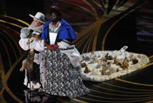 Όσκαρ 2019: Ντυμένη Βασίλισσα από το The Favourite η Μελίσα Μακάρθι! [pics, video]