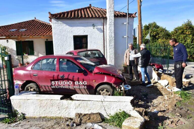 Ναύπλιο: Τράκαραν και κατέληξαν σε αυλή – Ζημιές σε σπίτι από το τραγελαφικό τροχαίο!
