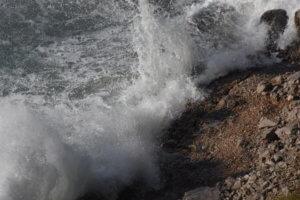 Νίσυρος: Μακάβριο εύρημα σε παραλία – Η βροχή ξέθαψε ανθρώπινα οστά!