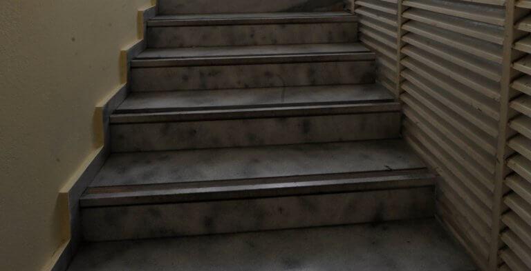 Πάτρα: Έπεσε από τις σκάλες και σκοτώθηκε | Newsit.gr
