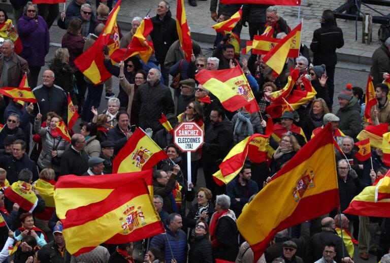 Ισπανία: Διαδήλωση εναντίον συνομιλιών της κυβέρνησης με τους Καταλανούς   Newsit.gr
