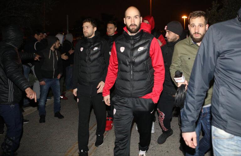 Ολυμπιακός: Υποδοχή στο ΣΕΦ και μήνυμα στήριξης! «Όλες οι Χούντες πέφτουν» pics | Newsit.gr