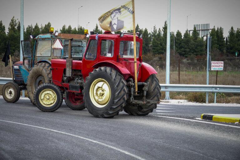 """Νέο αγροτικό μπλόκο στον κόμβο Δερβενίου – Η βροχή """"διέλυσε"""" τα άλλα μπλόκα"""