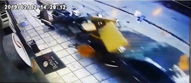 Θεσσαλονίκη: Η στιγμή που το «τρελό» ΙΧ πέφτει πάνω σε πεζούς – Σοκαριστικό βίντεο | Newsit.gr