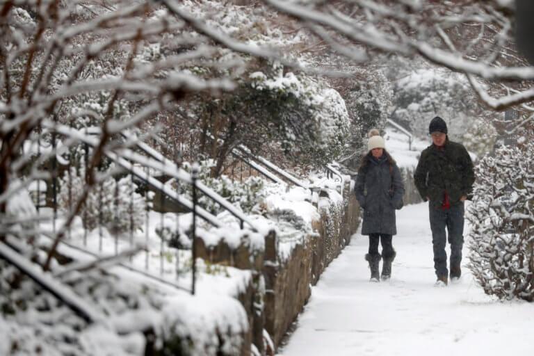 """ΗΠΑ: Σφοδρή χιονοθύελλα """"σαρώνει"""" Ουάσινγκτον και Νέα Υόρκη – Πάνω από 1.000 ακυρώσεις πτήσεων"""
