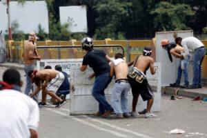 Βενεζουέλα: Ένταση στα σύνορα με Κολομβία – Φορτηγά με ανθρωπιστική βοήθεια επιχειρούν να τα διασχίσουν