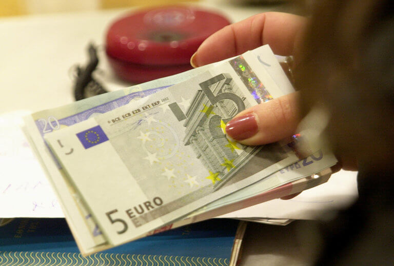 Δώρα – Δημόσιο: Επαναφορά με κούρεμα – Ποσά 250 και 300 ευρώ