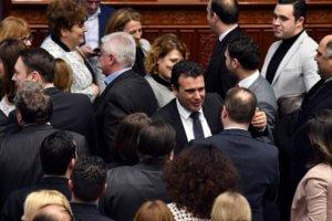 """""""Βόρεια Μακεδονία"""": Το γοργόν και χάριν έχει – Θέτει σε ισχύ τις αλλαγές στο Σύνταγμα"""