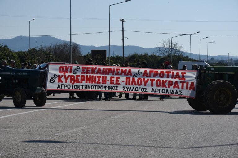 Λάρισα: Οι αγρότες κλείνουν τον κόμβο του Πλατυκάμπου – Δυναμώνουν τα μπλόκα και πιέζουν την κυβέρνηση! | Newsit.gr