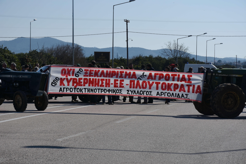 Λάρισα: Οι αγρότες κλείνουν τον κόμβο του Πλατυκάμπου – Δυναμώνουν τα μπλόκα και πιέζουν την κυβέρνηση!