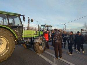 Αγρότες απέκλεισαν την εθνική οδό Θεσσαλονίκης – Σερρών!