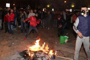 Αλβανία: Νέα άγρια επεισόδια με δακρυγόνα στην Βουλή! [pics]