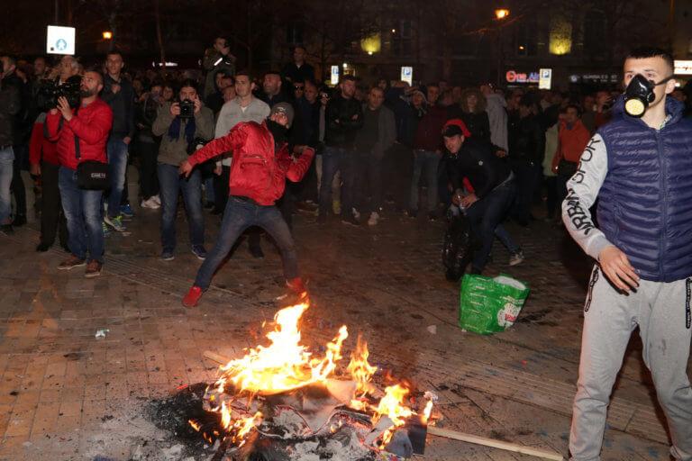 Αλβανία: Νέα άγρια επεισόδια με δακρυγόνα στην Βουλή! [pics] | Newsit.gr