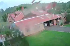 Η στιγμή που δυνατός άνεμος ξηλώνει ένα ολόκληρο σπίτι [video]
