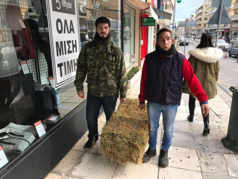 Μεσσηνία: Οι αγρότες πήγαν με… σανό στα γραφεία του ΣΥΡΙΖΑ – video   Newsit.gr