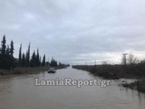 Λαμία: Εγκλωβίστηκε με το αυτοκίνητο σε πλημμυρισμένο δρόμο – video