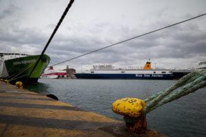 Απαγορευτικό απόπλου – Δεμένα τα πλοία σε Πειραιά και Λαύριο