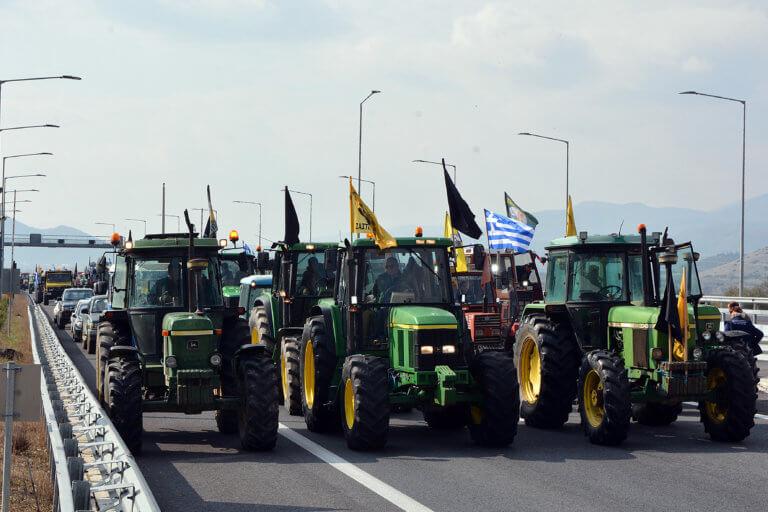 Οι αγρότες έκλεισαν την εθνική οδό στα Τέμπη αλλά… μόνο για λίγα λεπτά | Newsit.gr