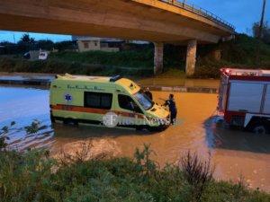 Χανιά: Μέχρι και ασθενοφόρο εγκλωβίστηκε από την απίστευτη βροχόπτωση – video
