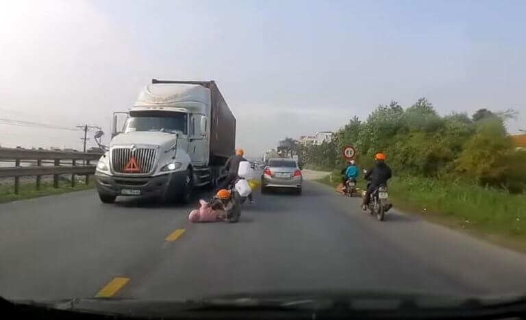 Συγκλονιστικό! Μητέρα έσωσε το παιδί της από τις ρόδες ενός φορτηγού! – video