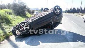 Τούμπαρε αυτοκίνητο στον κόμβο του νοσοκομείου της Θήβας [pics]