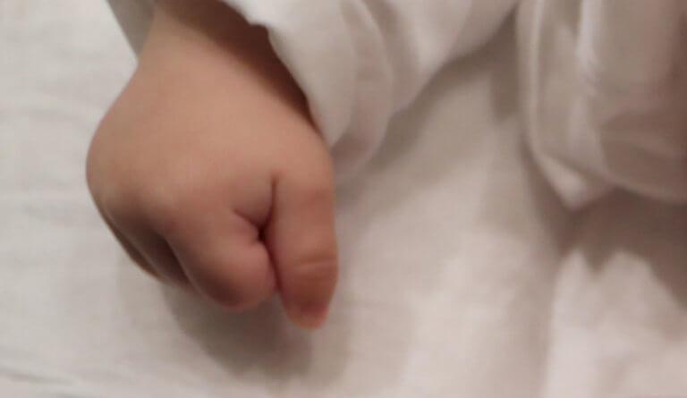 Εύβοια: Ξύπνησαν και βρήκαν το παιδί τους νεκρό – Μισή ώρα προσπαθούσαν να το επαναφέρουν
