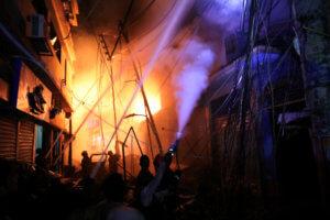 Σκηνές αρχαίας τραγωδίας στο Μπανγκλαντές – 70 νεκροί από φωτιά σε πολυκατοικία