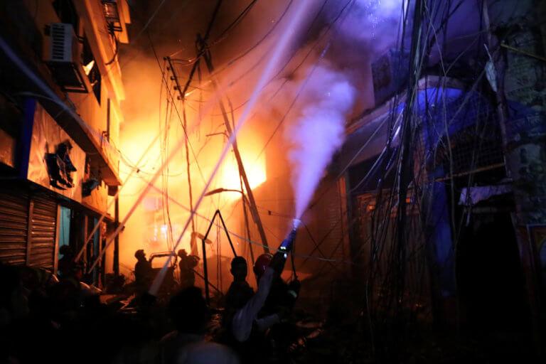 Σκηνές αρχαίας τραγωδίας στο Μπανγκλαντές – 70 νεκροί από φωτιά σε πολυκατοικία | Newsit.gr