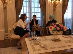 Μπέτυ Μπαζιάνα – Εμινέ Ερντογάν: Τσάι και… συμπάθεια στο «Λευκό Παλάτι» – video