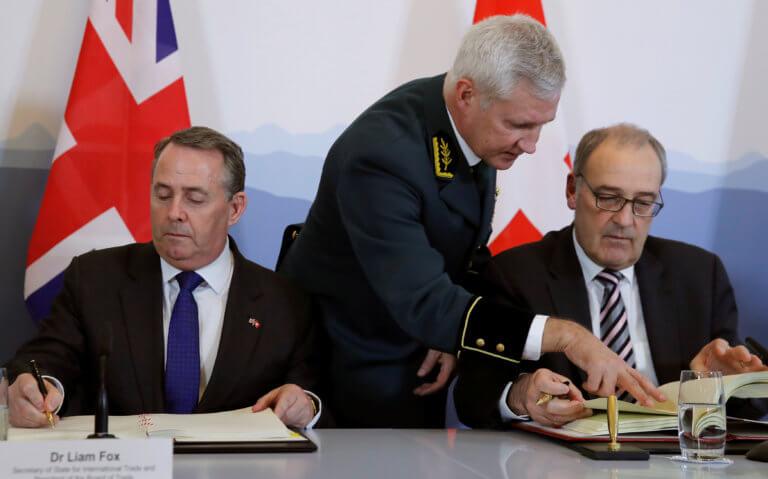 Υπογράφηκε εμπορική συμφωνία Βρετανίας – Ελβετίας ενόψει Brexit | Newsit.gr