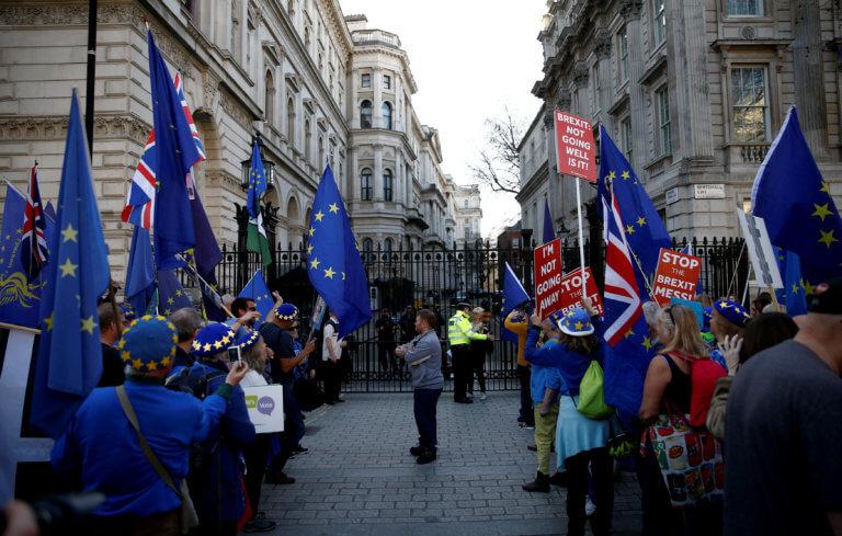 Brexit: Τον απομάκρυναν… κακήν κακώς!