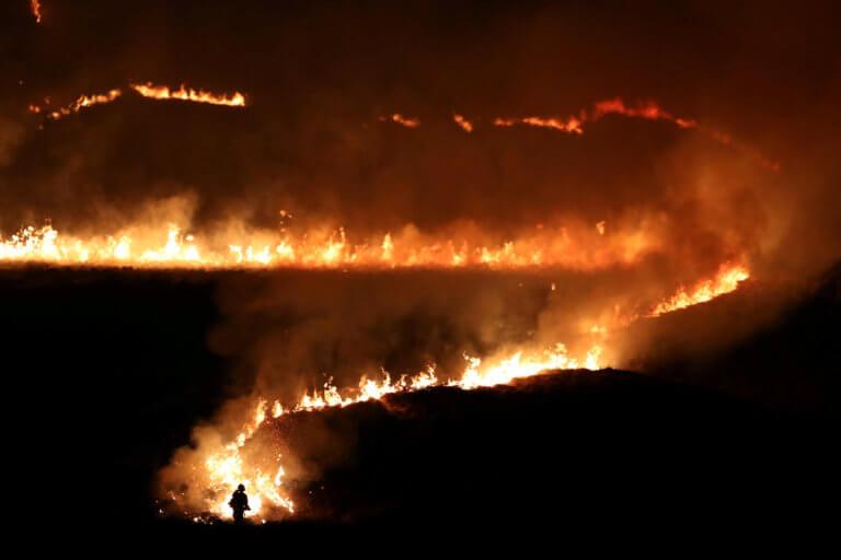 Στις φλόγες η Βρετανία – Τεράστια φωτιά στο Σάντλγουερθ Μουρ [pics]