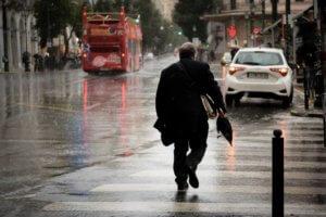 """Καιρός: Ομπρέλες και αδιάβροχα τη Δευτέρα – Έρχεται το πολικό """"εξπρές""""!"""