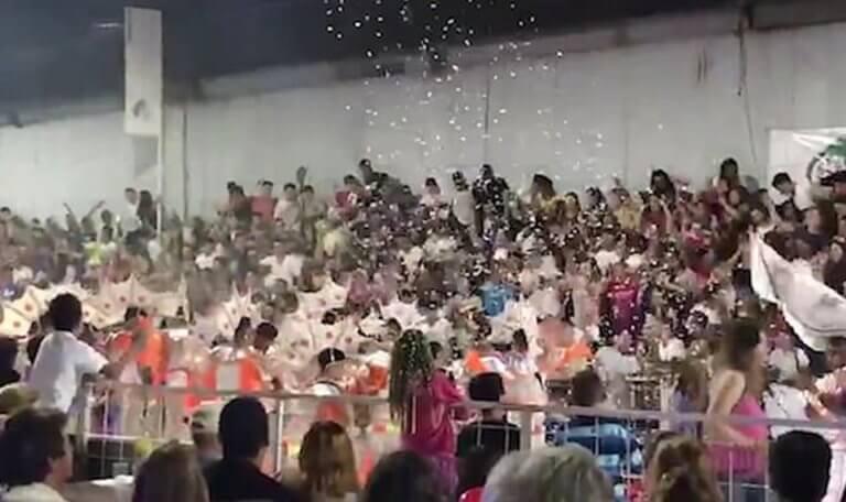 Η στιγμή που καταρρέουν κερκίδες με καρναβαλιστές στην Αργεντινή! [video] | Newsit.gr