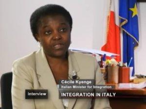 Ιταλία: Η πρώτη μαύρη υπουργός παίρνει διαζύγιο – Ο άντρας της κατεβαίνει με τους… ακροδεξιούς! video