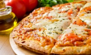 Τι απαντά η γνωστή πιτσαρία για τον σάλο με το «έρχεται πίτσα»