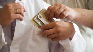Ήταν άπορος και ο γιατρός… του ζητούσε χιλιάδες ευρώ «φακελάκι»