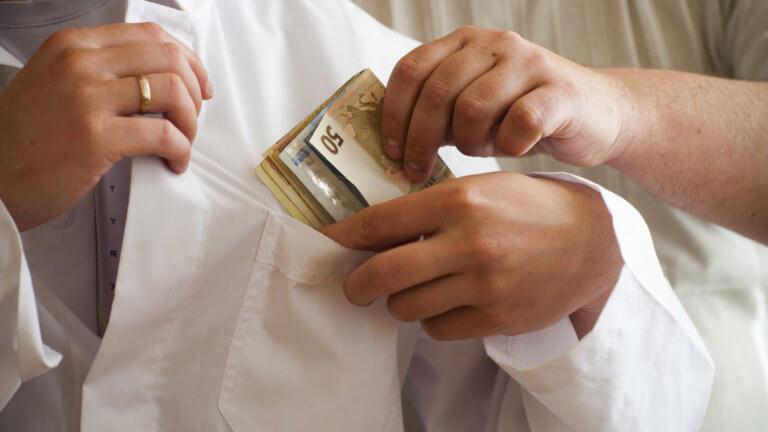 Ρουβίκωνας για «φακελάκια» στα νοσοκομεία: Γιατροί στα μανταλάκια και απειλές
