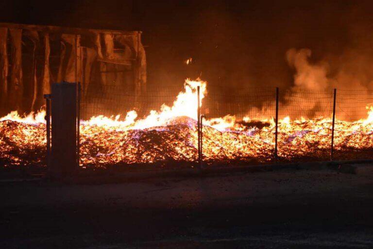 Λάρισα: Φωτιά έκανε στάχτη το εργοστάσιο ξυλείας – Το διπλό χτύπημα στον ιδιοκτήτη του [pics, video]