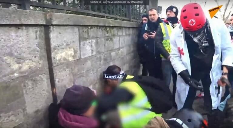 Κίτρινα γιλέκα: Χειροβομβίδα έσκασε στο χέρι διαδηλωτή – Προσοχή! Σκληρές εικόνες | Newsit.gr