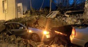 Κατέρρευσε σπίτι στο Γκάζι – Καταπλάκωσε δυο αυτοκίνητα! Συγκλονιστικές εικόνες και βίντεο από το σημείο