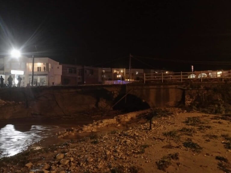 """Καιρός: Κατέρρευσε κι άλλη γέφυρα στην Κρήτη! """"Κόπηκε"""" η παλιά Εθνική Οδός στο Ρέθυμνο"""